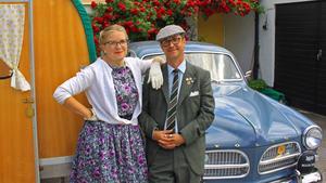 Annica och Oskar Lässman utanför sitt hem i Skultuna. Bakom sig har de sin Volvo Amazon från 1961 och sin husvagn.