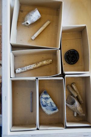 Pipelar, glasemblem, glaspinne och en porsinsbit från 1700-talet är en del av fynden som visades upp under Arkeologidagen.