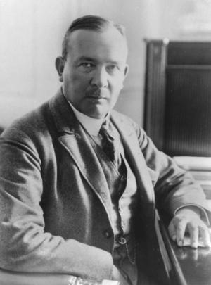Erik Axel Karlfeldts dikter får liv i Klockargårdens gästabud. Han var medlem i Svenska akademin och tilldelades nobelpriset i litteratur postumt 1931.