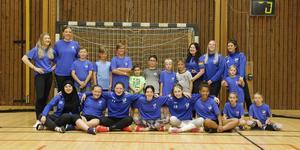 Alla spelare och ledare involverade i sommarhandbollsskolan.