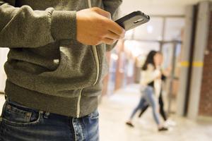 Många föräldrar ger sina barn en egen mobil, men alla tänker inte på att spärra den för betalsamtal. Foto: Erik Nylander/TT