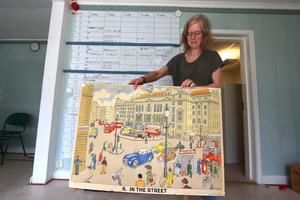 Anna Falk med sin gamla favoritplansch från materialrummet.