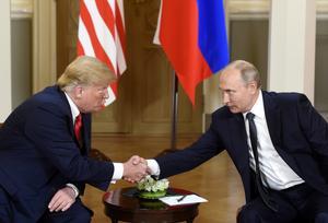 Donald Trump och Vladimir Putin skakar hand. Foto: AP Photo