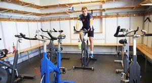 Sommarträning på egen hand. Cykelrummet i gula huset på Sävstaås.