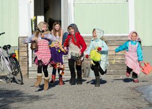 Fem glada påskkärringar springer vidare efter att de fått godisBild: Fredrik Sandberg / TT