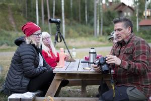 Fika och fotosnack, det är viktigt på fotoklubbens möten. Emma Näsman och Sven