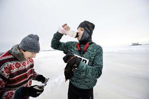 Fredrik Nylén, till höger, vann premiärupplagan av Ice race vintage på 8.24. En tid som enligt trefaldige OS-skrinnaren Johan Röjler, till vänster, kan stå sig som banrekord i decennier (arkivfoto).