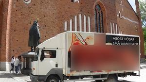 Den här lastbilen kommer att köras runt i Borlänge 3 augusti och Falun 4 augusti. På lastbilen syns en bild av ett aborterat foster, men DT har valt att maska bilden.
