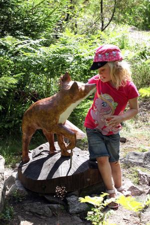 HEJ LILLA RÄVEN. Hedda Karlström, 3 år, hälsar på räven som är tillbaka i Storskogen i nyrenoverat skick.