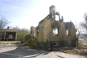 Orsaken till varför villan tog eld är oklar.