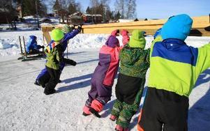 Fort går det när alla hjälps åt och trycker på. Edvin Fridleifer susar fram i hög fart på iskarusellen.