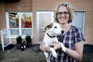 Eva Odenius vikarierar som klinikchef i Ludvika och finns annars på djursjukhuset i Falun. Här framför entrén till kliniken med Tilly i famnen.