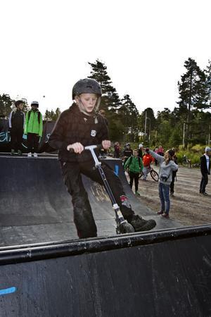 Mattias Johansson testade sina färdigheter på sparkcykel i ramp.