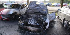 Fyra bilar brann i Köping natten till onsdag. En man fick föras till sjukhus med brännskador efter att han försökt släcka branden.