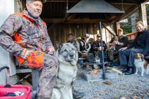 Gråhunden Zakko är laddad för älgjakten med husse Tomas Pinni och resten av jaktlaget i vindskyddet där de samlas. – Vi går igenom säkerhetsregler, bestämmer var vi ska stå och kollar att personlig utrustning fungerar, säger Tomas Pinni.