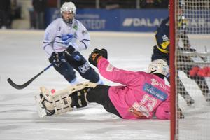 Patrik Hedberg storspelade mot Rättvik. Här räddar han Marcus Lindholms chans i slutet av första halvlek. Matchens store spelare Rasmus Plan gjorde dock 2–1 på returen.