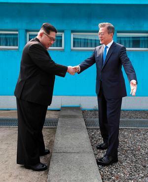 Nordkoreas Kim Jong-un och Sydkoreas Mon Jae-In skakar hand vid gränsstationen mellan Nord och Sydkorea.