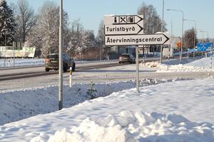 In- och utfarten vid E16 är i Trafikverkets vägplan planerad för att ersättas med en rondell.