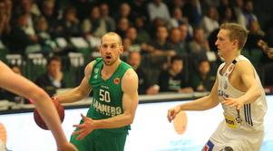Martin Pahlmblad attackerar förbi Adam Rönnqvist i Täljehallen. Pahlmblads Södertälje vann den första semifinalen.