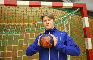 I Avesta Brovallen tränar Edwin Enlund både med P16- och A-laget.