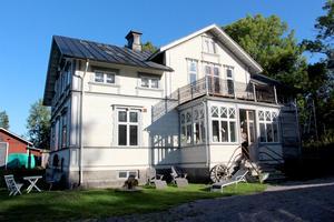 Emma Norelius renoverar släktgården Britas hus i Bergby varsamt.