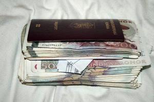 Mannen som senare döms för koppleri har 61 500 kronor i jackfickan när han grips.  Bild: Polisens förundersökning