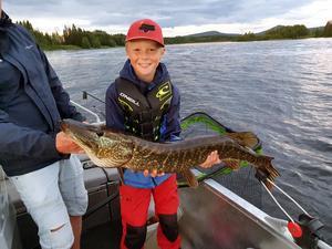 Lycka när Anton Helmersson drog en gädda på 7,5 kilo i Ljusnan vid Sveg.