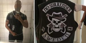 När polisen slog till mot 39-åringen förra sommaren hittades en väst med mc-gänget No Surrenders emblem. I mannens telefon hittades även bilder där han poserar i västen. Bild från polisens förundersökning.