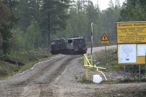 En militär bandvagn på väg ut på skjutfältet. Inom kort blir det militärens uppgift att ta över ansvaret för eftersläckningen av branden.
