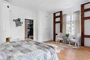 Kakelugnen i sovrummet ger rummet en speciell karaktär.  Foto: Diakrit/Privatmäklaren