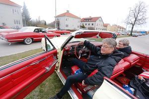 Eilert och Marianne Ernstson hade åkt åtta mil för cruisingen. Det här bilarnas paradis, sa Eilert. Foto: Lennye Osbeck