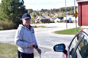 Kenneth Gravem intill vägkorsningen mellan Vågsnäsvägen och Kallkällvägen i Domsjö.