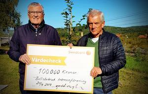 Lars Sjödin (till höger) fick ta emot 100 000 kronor till Bollstabruks intresseförening av  Bollstabon i förskringring Olow Wiboprgh. Foto: Privat