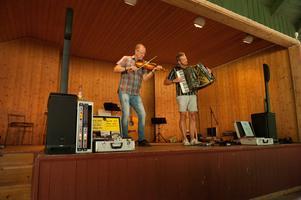 Janne Kranz och Bengan Jansson rev ner både applåder och skrattsalvor med sina fräcka historier och sin musik.