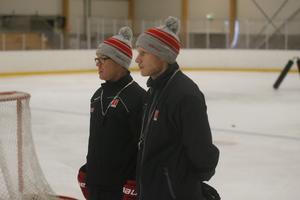 Huvudtränaren Niklas Eriksson och Oscar Dahlgren, till vardags assisterande tränare i J20, observerar så allt går rätt till. Dahlgren är också specialiserad skridskotekniktränare och har hand om en stor del av ispassen just nu.