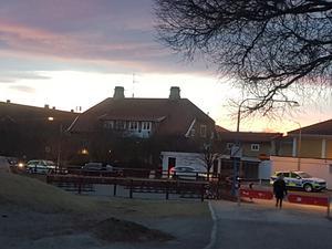 Två polispatruller på plats vid Östra skolan. Foto: Roger Lind.