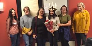 Framröstade lucian Serocha Rezai uppvaktas av sin mamma Sarwin och övriga kandidater fr v Alaa Shanno, Malin Lokrantz, Klara Elf och Josefine Samuelsson. På söndag ska hon krönas under Kungsörs julmarknad.