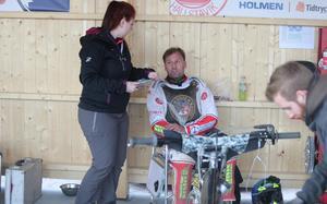 Emma Asplund Nyrén diskuterar en tänkt toppning med Freddie Eriksson som hon hade tänkt skulle ersätta Rasmus Broberg i heat åtta, men Eriksson bad att få avstå då han var helt slut i armarna efter heat sju.