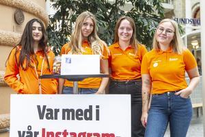 """Aya Ammar, Louise Sundström, Ellentin Ekhem och Lova Sixtensdotter jobbar som valambassadörer i sommar. """"Det är en skyldighet som samhällsmedborgare att rösta"""", säger Ellentin."""