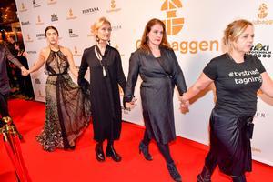 Jonas Ekströmer/TTLena Endre och andra skådespelare från teateruppropet #tystnadtagning kommer hand i hand till tonerna av en sambaorkester till Guldbaggegalan 2018. Arkivbild.