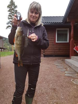 Anneli Söderlind med abborren i sin helhet. Vågen visar på något lägre vikt då hon håller upp fenan. Se nästa bild nedan för vikt.