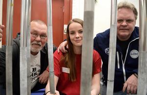 En av anledningarna till framgångarna för undomarna i Borlänge atletklubb är det värdefulla stödet från tränarna Nippe Sylvén (till vänster) och Bosse Johansson. I mitten ses klubbens Joanna Thyni som tog silvermedalj i tyngdlyftning i nordiska mästerskapen i år.