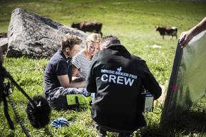 Pelle Hansson gick i sommar från att vara ensam på gården – till att ha fyra tjejer och två filmteam med honom. Foto: Katarina Hansson/privat