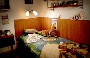 Många som var barn på 1950- eller 60-talet känner säkert igen den här sovhörnan med skydd för väggen och stringhylla.