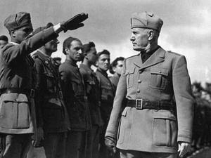 Den italienske fascistledaren Benito Mussolini inspekterar sina trupper inför invasionen av Etiopien. Foto: Okänd