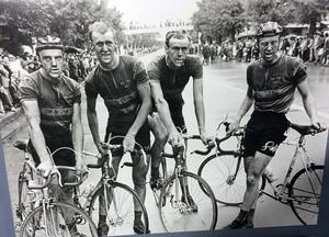 Sven Hamrin (t.v) tillsammans med Fåglumbröderna Sture, Gösta och Erik efter målgången i OS-loppet i Tokyo. Foto: Fåglummuseet