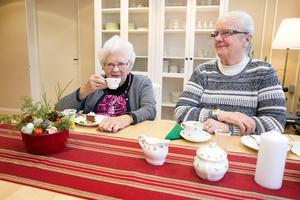 Karin Olsson och Berit Hedlund är nöjda med maten och tycker det är skönt att sitta i den nya