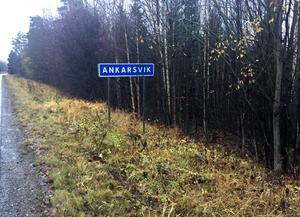 Vid skylten till Ankarsvik bygger kommunen en väg till det nya bostadsområdet.