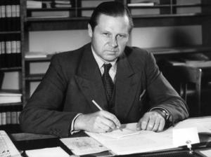 1945. Gunnar Sträng som sedermera blev finansminister på en bild tagen strax efter att han kommit in riksdagen. Foto: Pressens Bild / TT