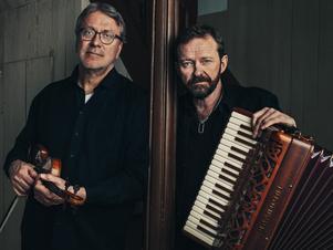 Bengan Janson och Per Gudmundson har nyligen släppt en skiva och kommer spela i Bingsjö Kapell på onsdagskvällen. Foto: Viktor Gårdsäter
